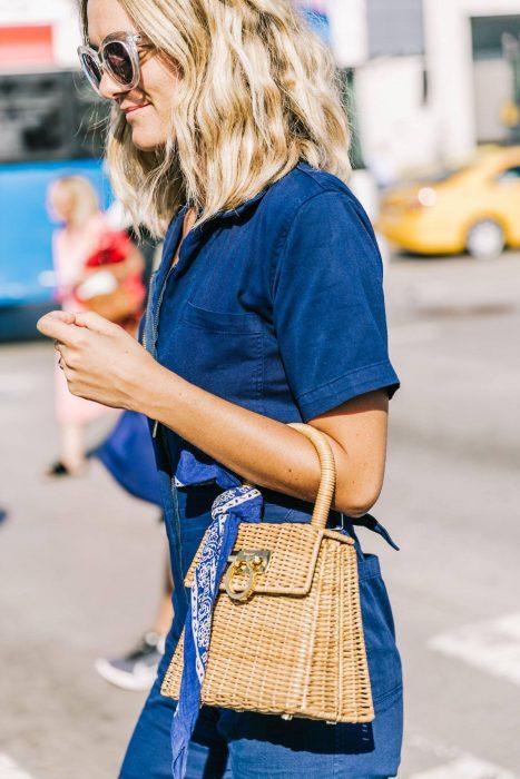 Chica usando un bolso straw handbags con mezclilla
