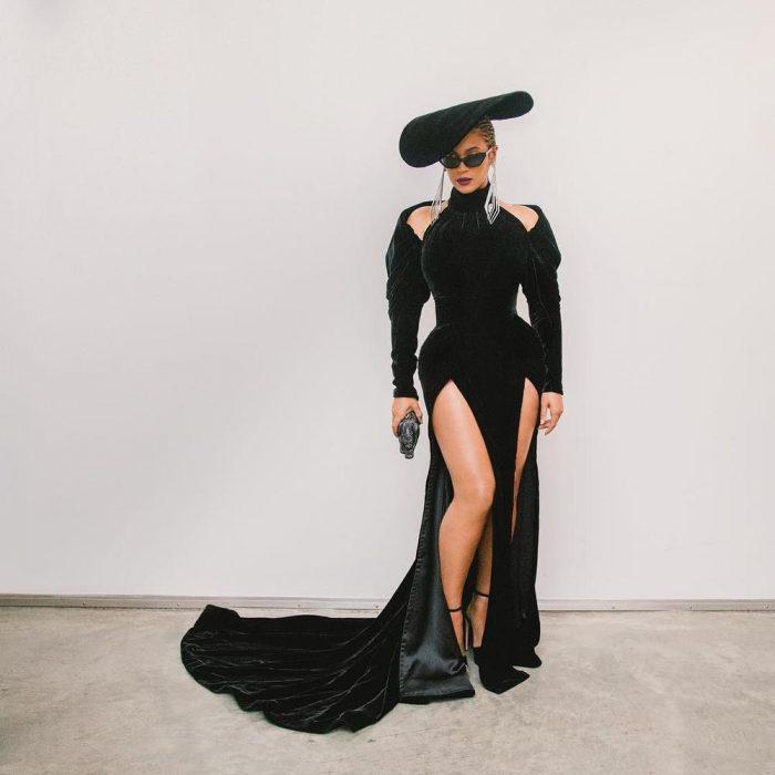 Beyoncé usando un vestido negro para los Grammy 2018