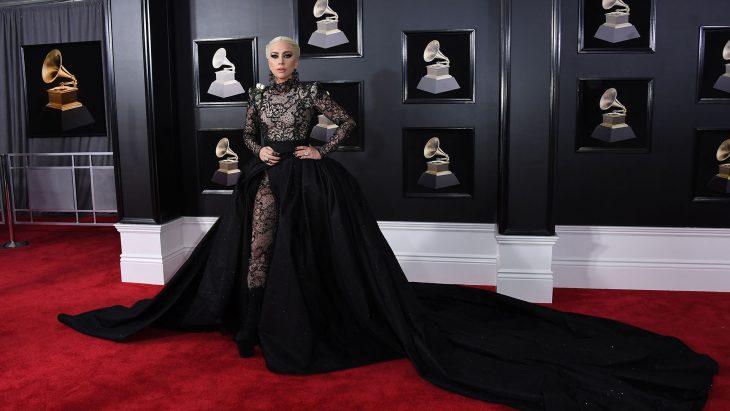 Lady Gaga usando un vestido negro en los Grammy 2018