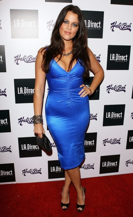Khloé Kardashian usando un vestido azul electrico