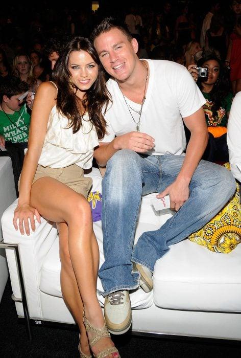 Channing Tatum y Jenna Dewan sentados en un sofá