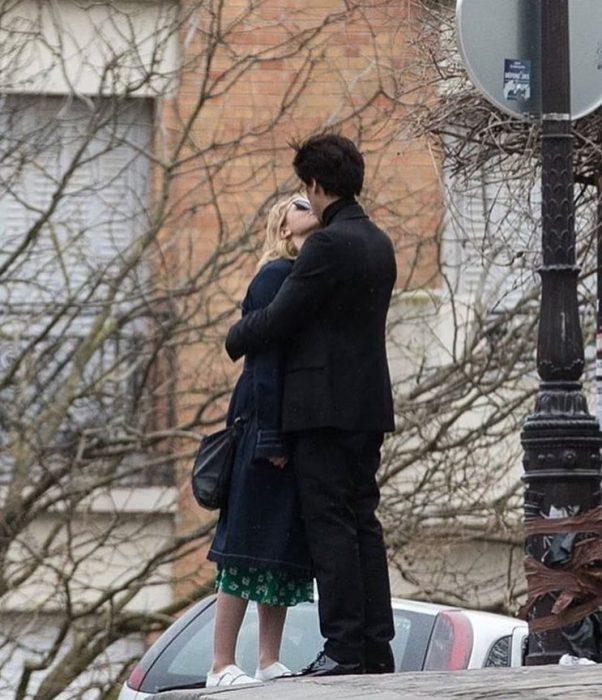 Pareja d novios besándose en la calle