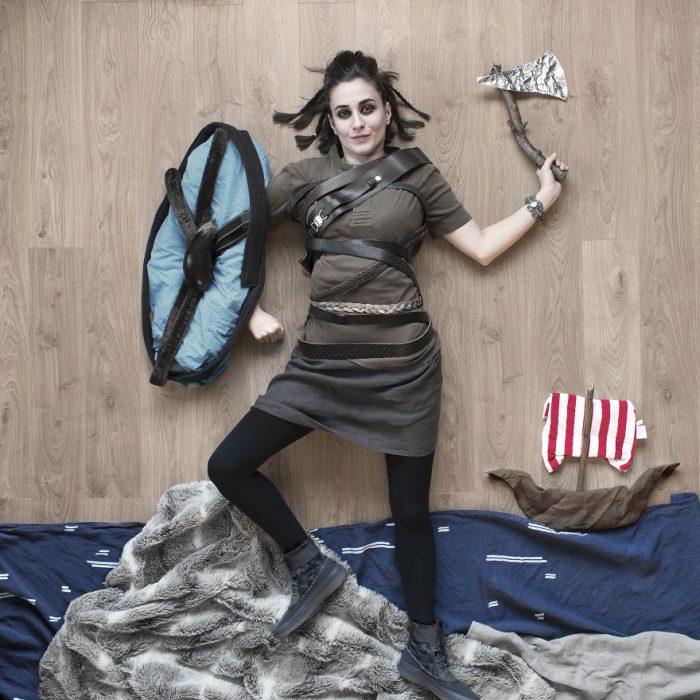 chica vestida como vikingo