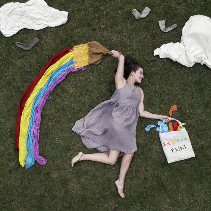 chica dibujando un arcoirís