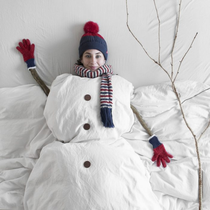 chica disfrazada de muñeco de nieve