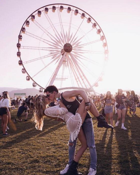 pareja de novios besándose frente a la rueda de la fortuna