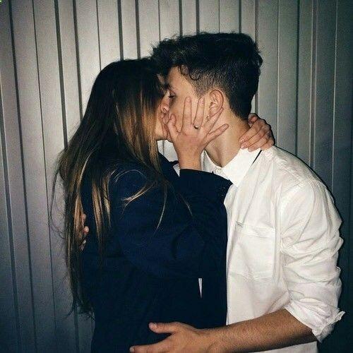 pareja de novios besándose apasionadamente
