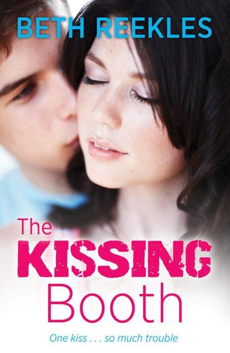 chico besando a una chica en la mejilla