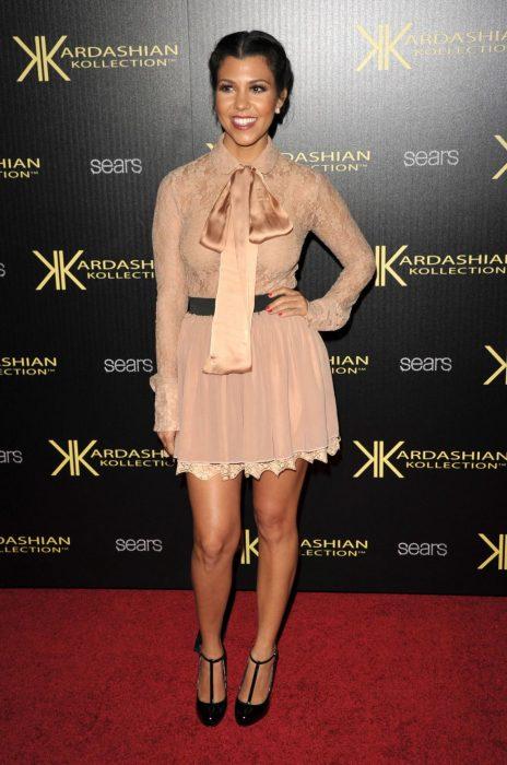 Kourtney Karrdashian posando en la alfombra roja de un evento