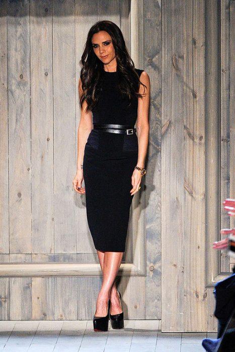 Victoria Beckham usando un vestido negro
