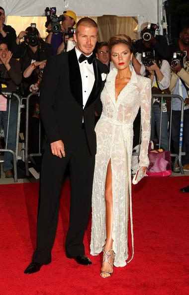 Victoria Beckham junto a su esposo en un evento de moda en 2008