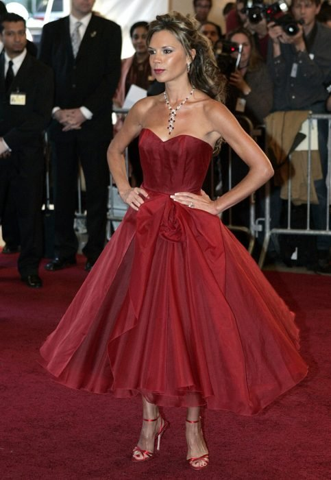 Victoria Beckham usando un vestido rojo vaporoso