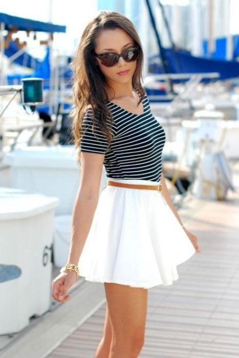 chica usando una falda blanca