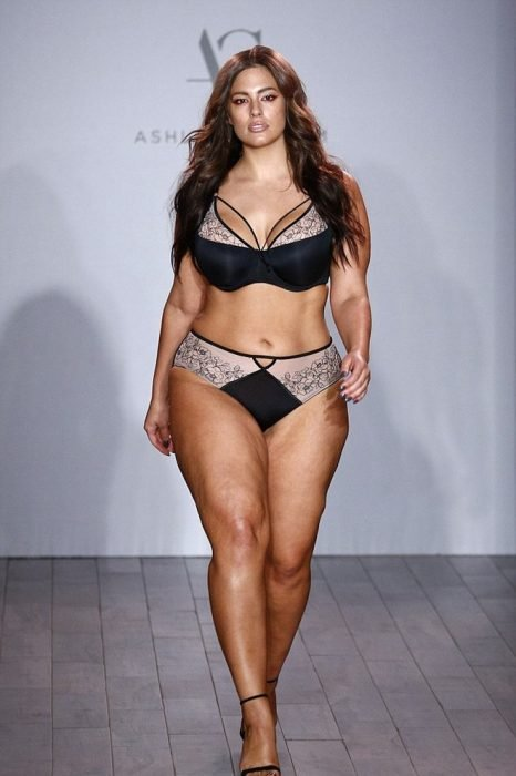 Ashley graham caminando por una pasarela