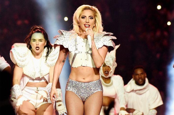 Lady Gaga mostrando su panza en el super bowl