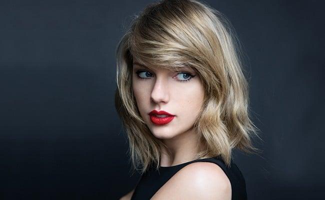 chica usando labial rojo pasión