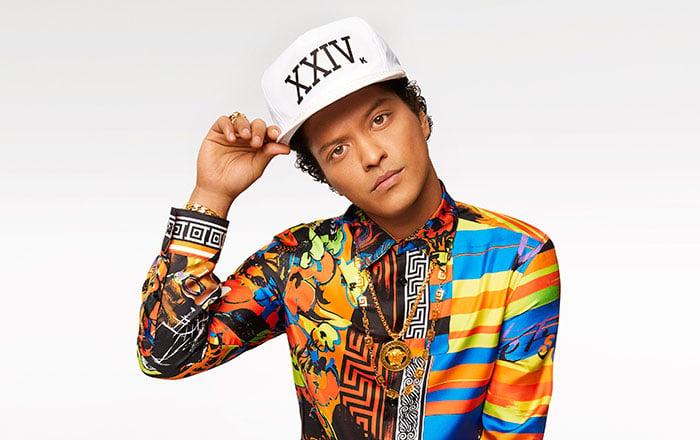 chico usando gorra de color blanca