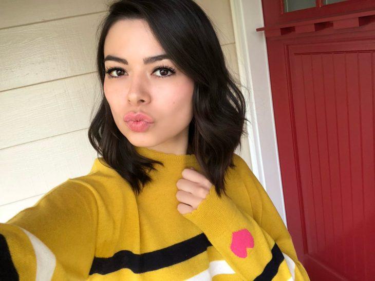chica usando suéter amarillo mostaza