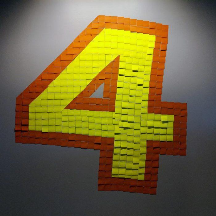 numero 4 formado con post-it