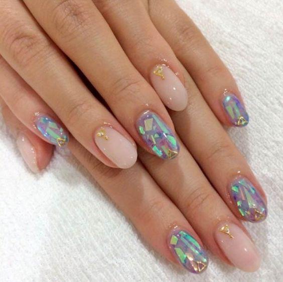 Uñas de vidrio que lucen como diamantes en color rosa y tonos tornasol