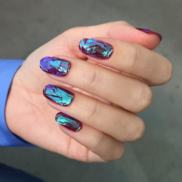 Uñas de vidrio que lucen como diamantes en color morado