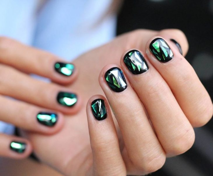 Uñas de vidrio que lucen como diamantes en color verde con negro