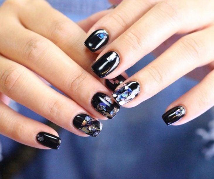 Uñas de vidrio que lucen como diamantes en color negro