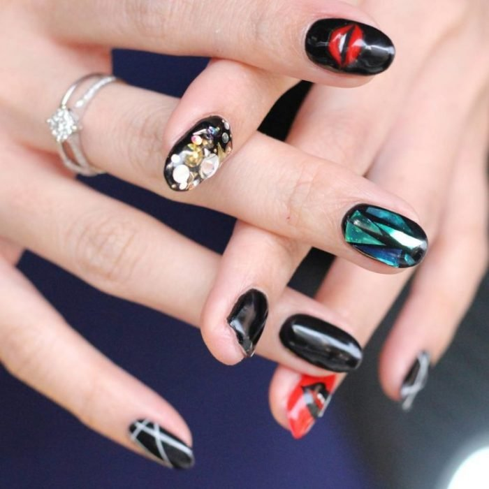 Uñas de vidrio que lucen como diamantes en color negro con rojo