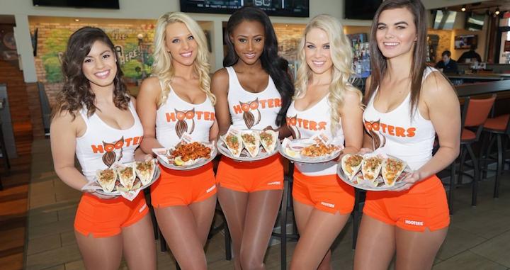 Restaurante hooters con sus chicas camareras