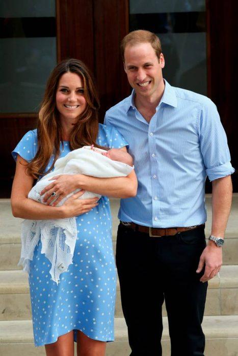 Kate sosteniendo al Príncipe George en 2013