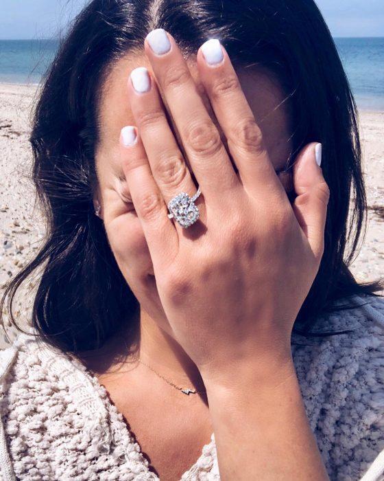 Lea Michele mostrando su anillo de compromiso