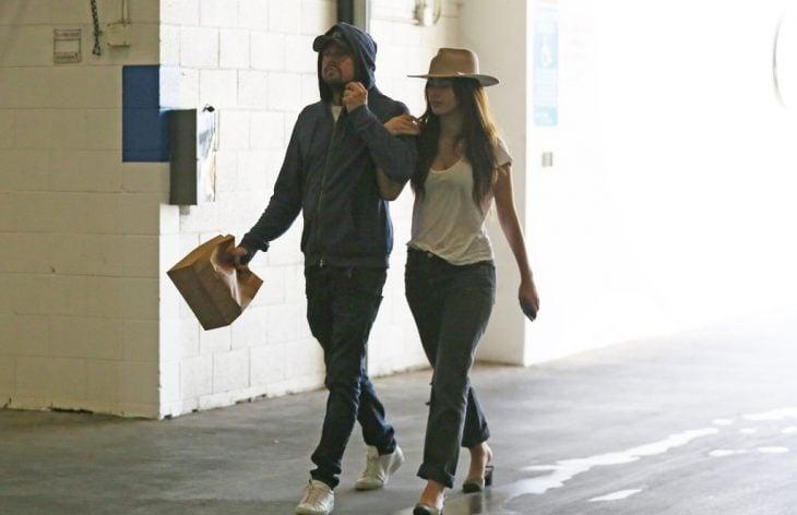 pareja de novios caminando de las manos