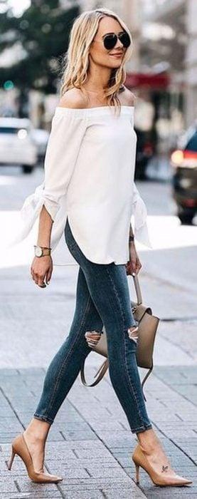 Chica usando jeans y zapatillas color café