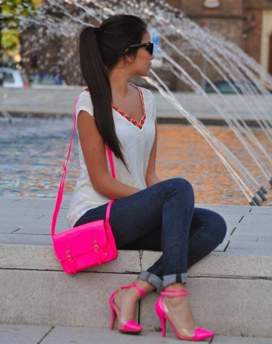 Chica usando jeans y zapatillas color rosa fosforescente
