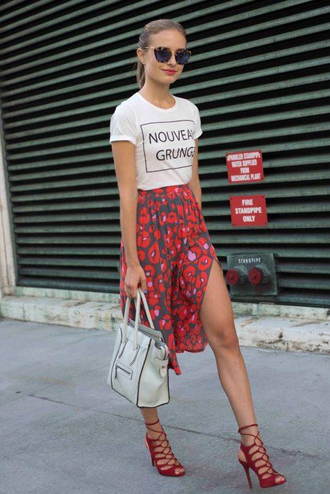 Chica usando zapatillas de color rojo
