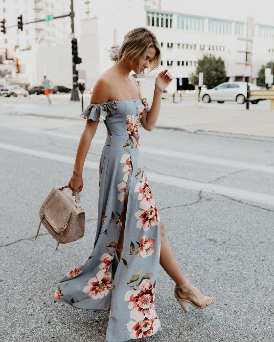 Chica usando un vestido floreado con zapatillas nude