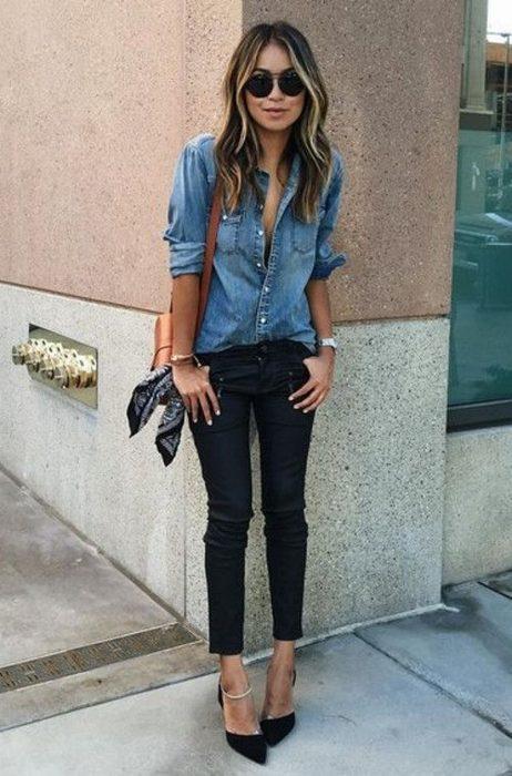Chica usando jeans y zapatillas color negro