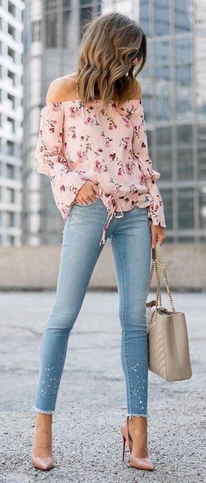 Chica usando jeans y zapatillas de color nude