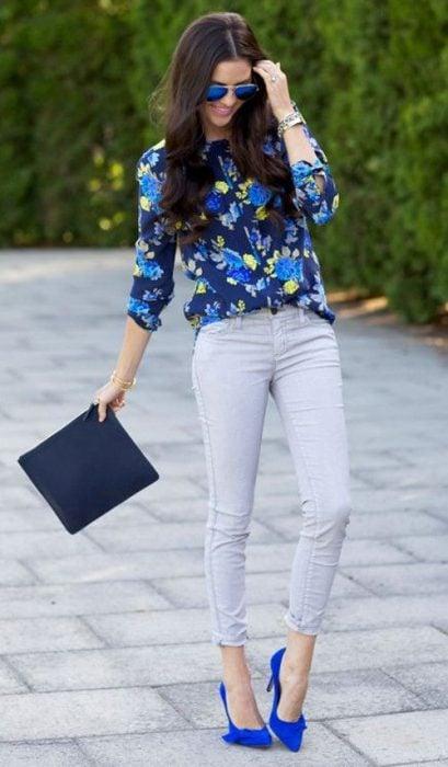 Chica usando jeans y blusa y zapatillas azules