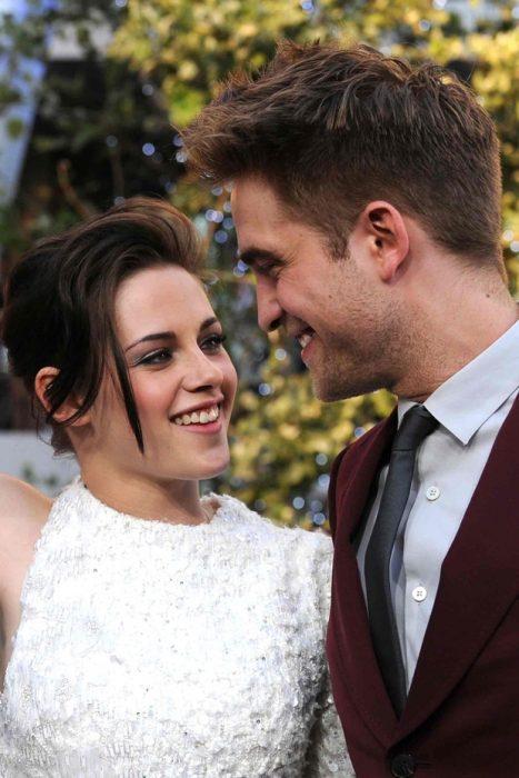 Robert Pattinson y Kristen Stewart abrazados