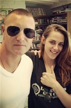 Kristen Stewart y un amigo abrazados