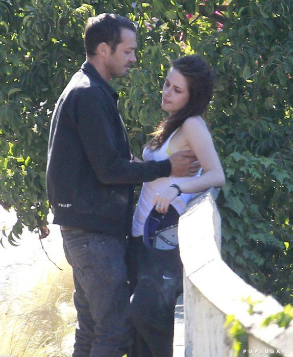 Rupert Snders y Kristen Stewart abrazados