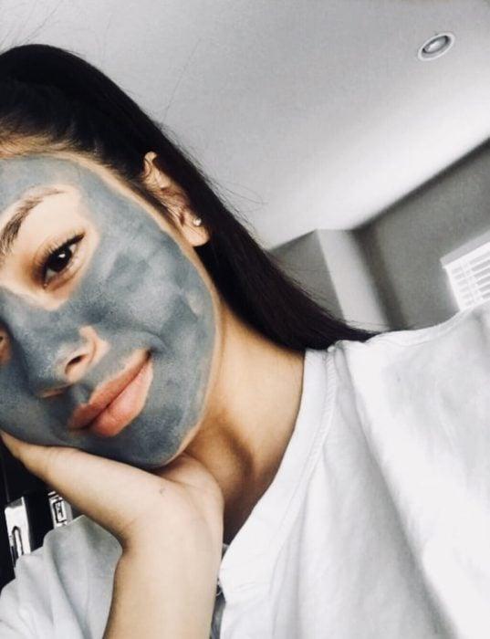 chica usando una mascarilla gris