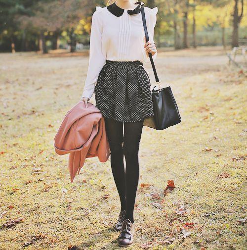 chica con falda de puntos blancos