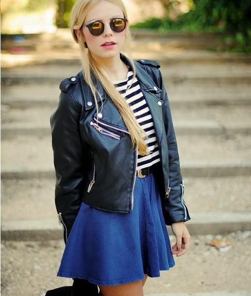 chica con falda de color azul rey