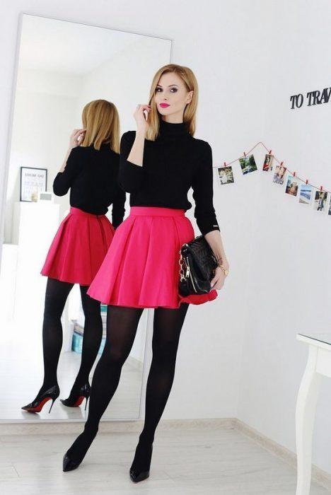 chica usando falda rosa fuscia