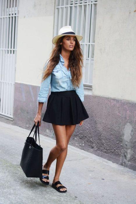 chica llevando un bolso negro