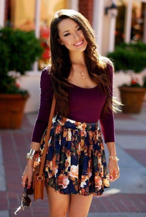 chica con falda de colores