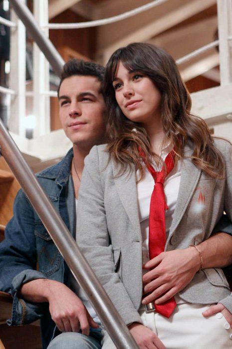 Mario Casas y Blanca Suárez abrazados en la serie el barco