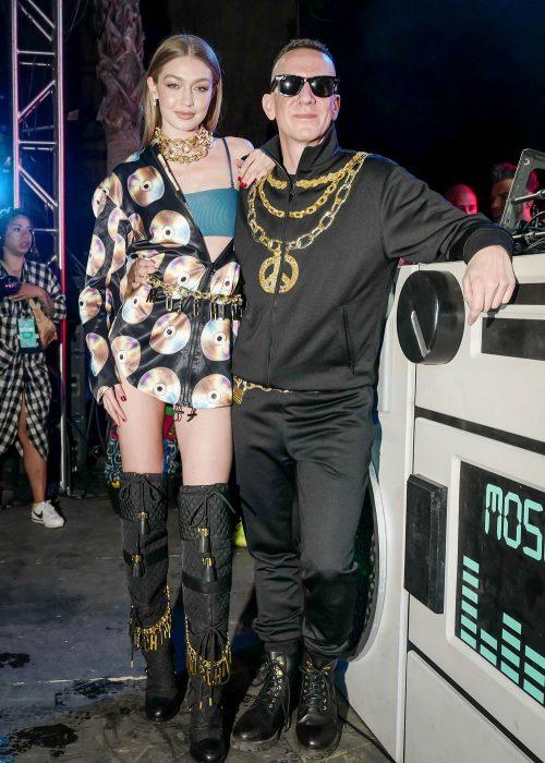 Gigi Hadid en Coachella vistiendo moschino